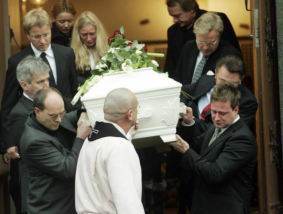 FARVEL: Bakkes sønn (nederst til høyre) bar sin far ut av kirken. Prest Einar Gelius foran. Foto: SCANPIX