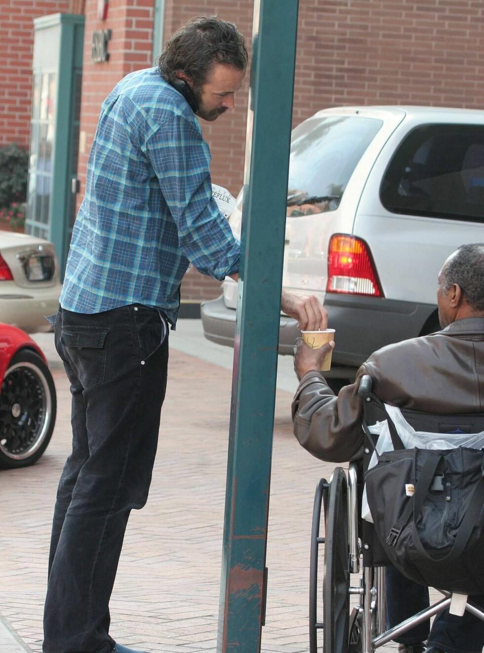 GAVMILD: Jason Lee ga en solid slant til tiggeren på gata. Foto: Stella Pictures