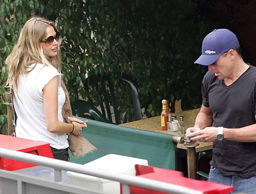 PÅ DATE: Lance Armstrong hygget seg med skuespillerinnen Estella Warren. Foto: Stella Pictures