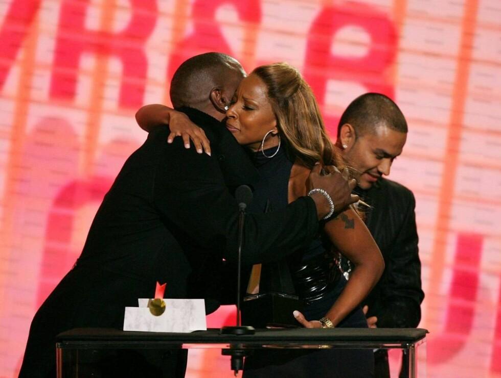 GRATULERTE: Artistkollega Tyrese delte ut pris til en overlykkelig Mary J. Blige Foto: All Over Press