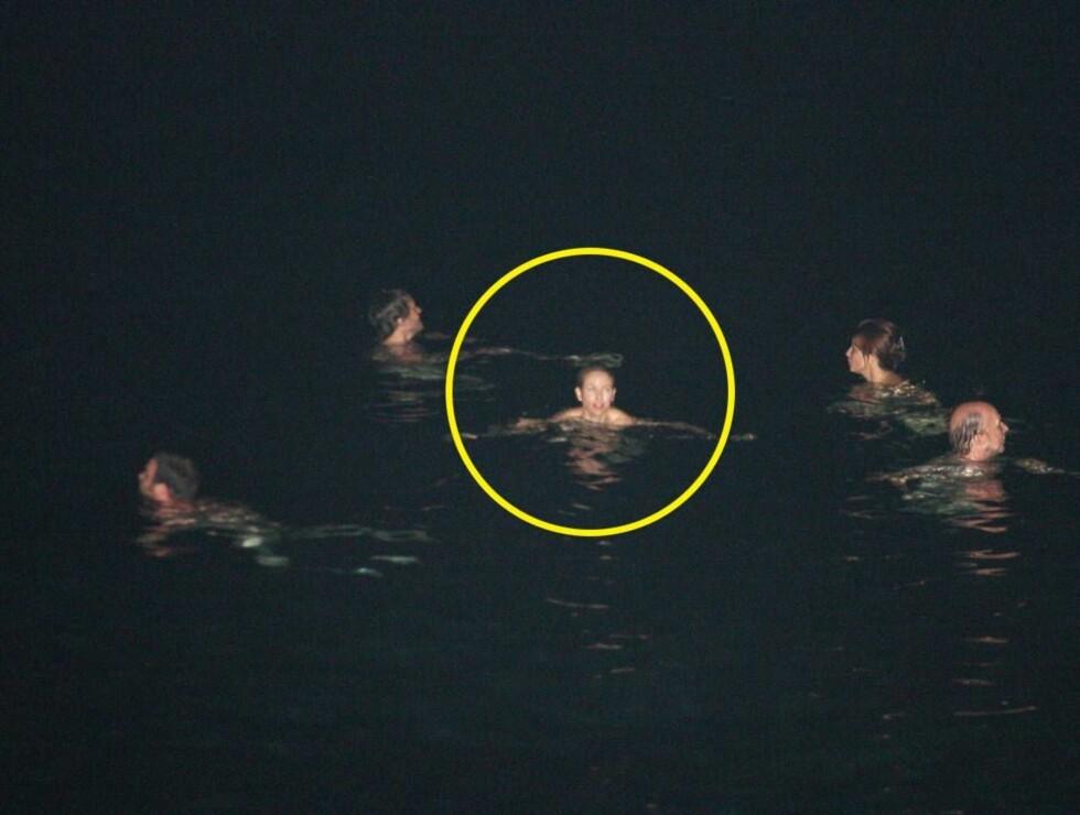 I BARE NETTOEN: Naomi hadde det topp da hun badet naken med vennene i Italia. Foto: Stella Pictures