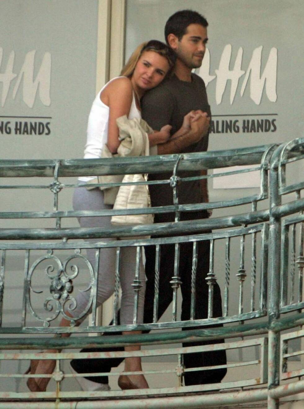 LIMT FAST?: Nadine hang som limt til Jesse under spasérturen i West Hollywood. Foto: Stella Pictures