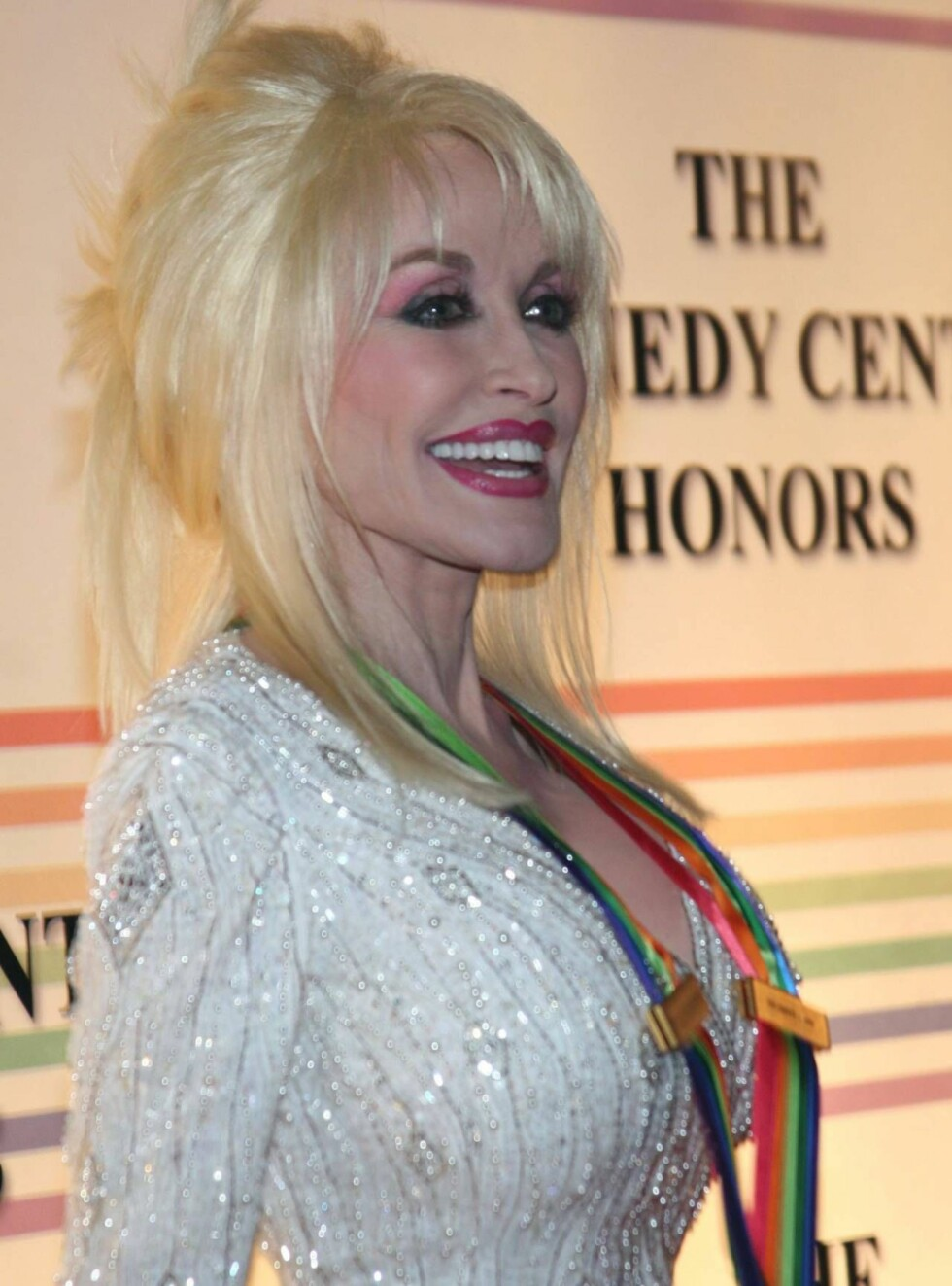 TILGIR: Dolly Parton er ikke sinna på Jessica selv om hun glemte ordene til en av hennes slagere. Foto: All Over Press