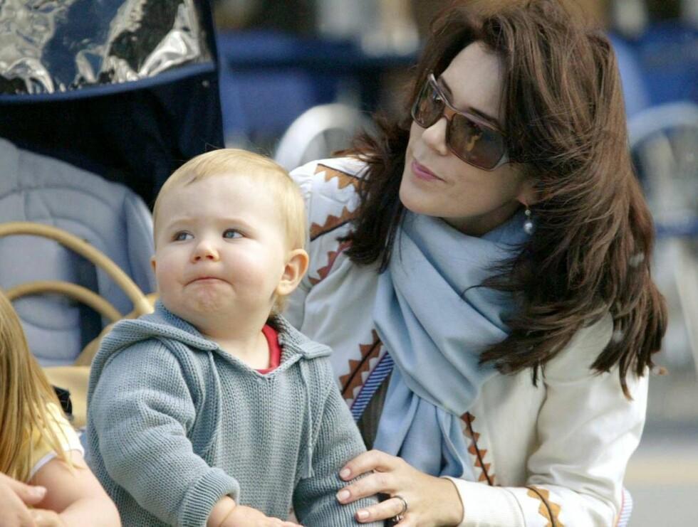 SE SÅ SØT HAN ER: Mary er tydelig stolt av sin lille prins! Foto: Stella Pictures