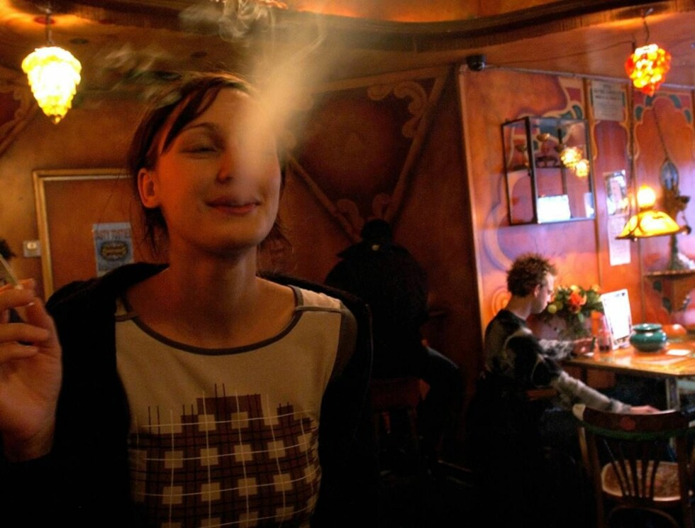 I TÅKA: Nedelendere røyker mye tjall, som her på coffeshop-en Dampkring i Amsterdam. Foto: AP
