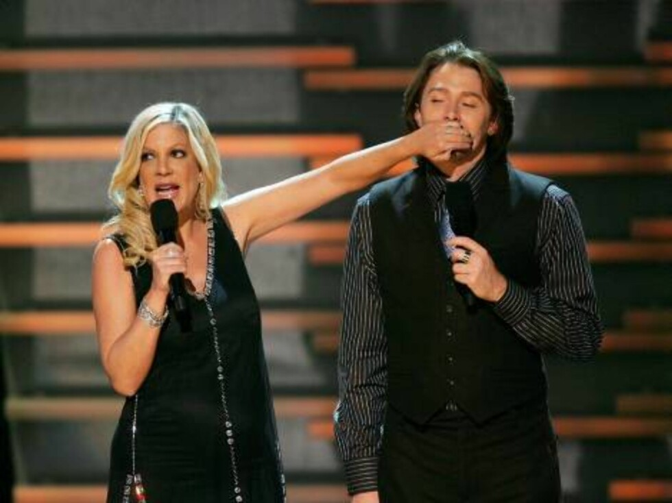 LOS ANGELES, CA - NOVEMBER 21:  Actress Tori Spelling and singer Clay Aiken speak onstage at the 2006 American Music Awards held at the Shrine Auditorium on November 21, 2006 in Los Angeles, California.  (Photo by Ethan Miller/Getty Images) *** Local Capt Foto: All Over Press