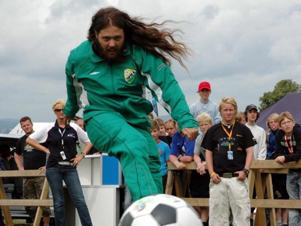 I SKUDDET: Martin har kanskje ikke imponert så veldig mye på fotballbanen... Foto: TVNorge