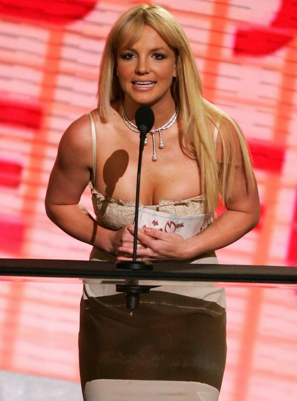 PÅ SCENEN: Britney Spears overrasket alle da hun entret scenen under American Music Awards. Foto: All Over Press