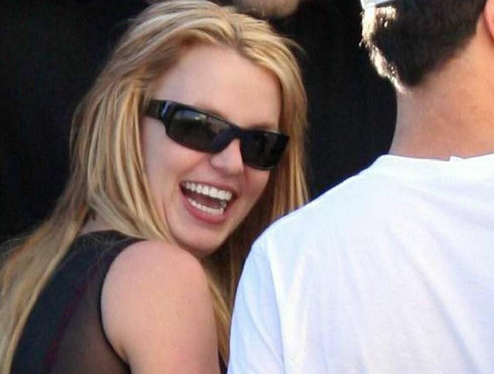PÅ SJEKKER'N: Britney var i strålende humør, og det var kjekke gutter rundt henne hele tiden! Foto: All Over Press