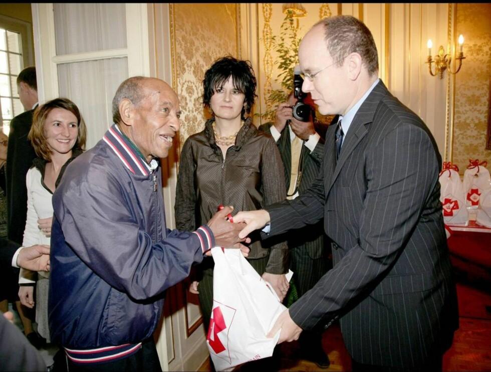 STAGGET SULTEN: Med en julepose full av mat reddet Albert dagen for menneskene som hadde møtt opp hos Røde Kors. Foto: Stella Pictures