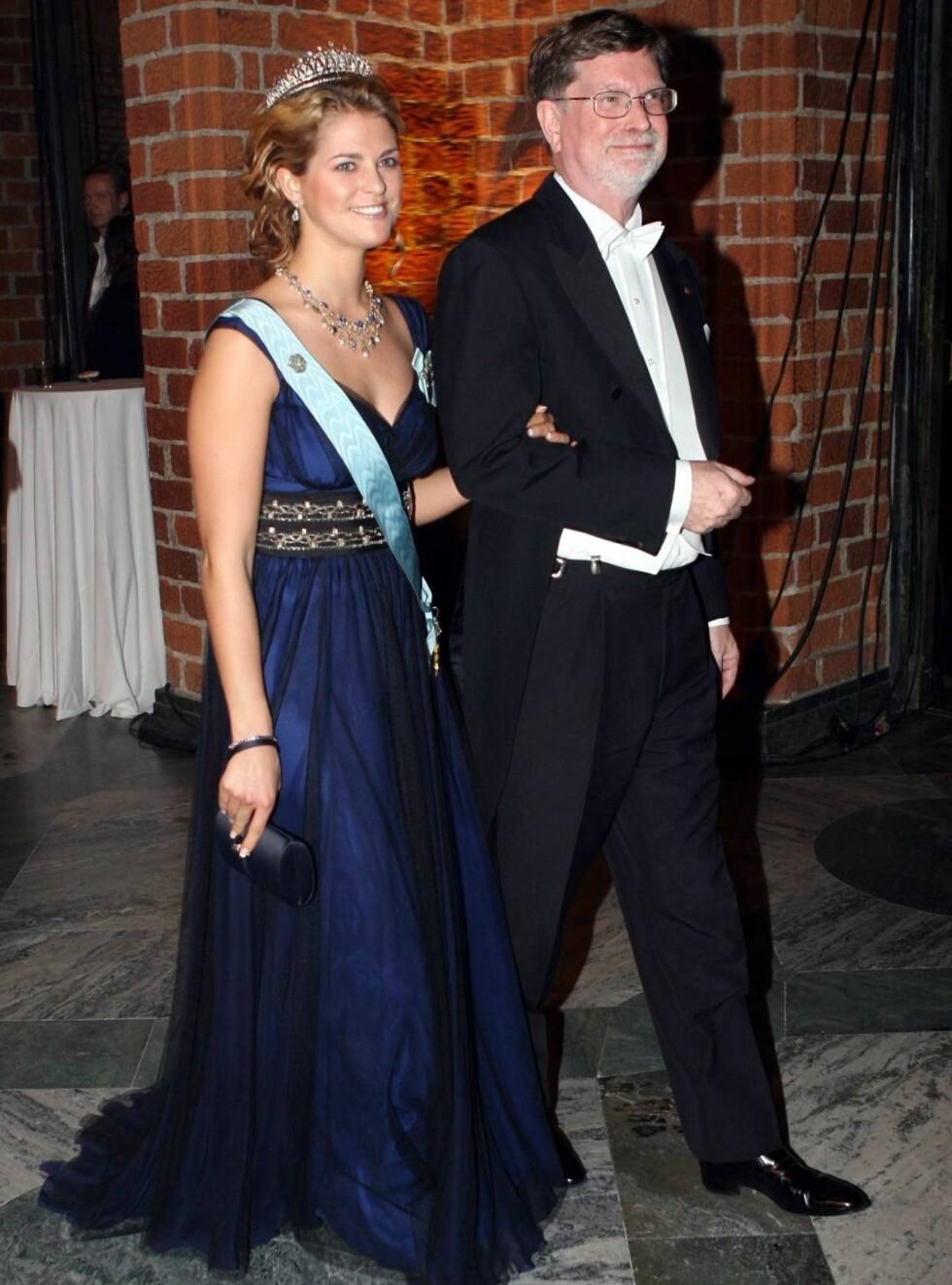 MÅTTE HJEM: Prinsesse Madeleine fikk ikke lov til å dra på fest. Her ankommer hun Nobelbanketten med vinneren av fysikkprisen, George F. Smoot. Foto: Stella Pictures