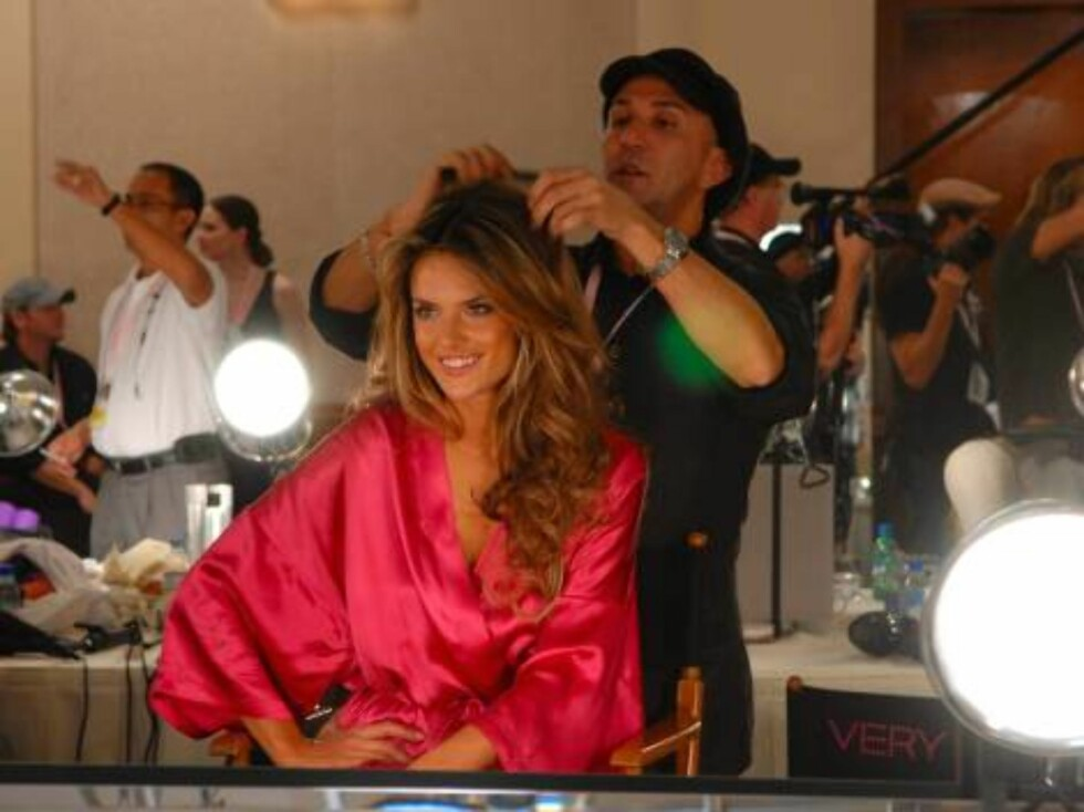 HOLLYWOOD 2006-11-16  Backstage during The 2006 Victoria's Secret Fashion Show, featuring  supermodels Gisele Bundchen, Karolina Kurkova, Adriana Lima, Alessandra Ambrosio,  Selita Ebanks and Izabel Goulart, with a special musical performance by Justin Ti Foto: STELLA PICTURES