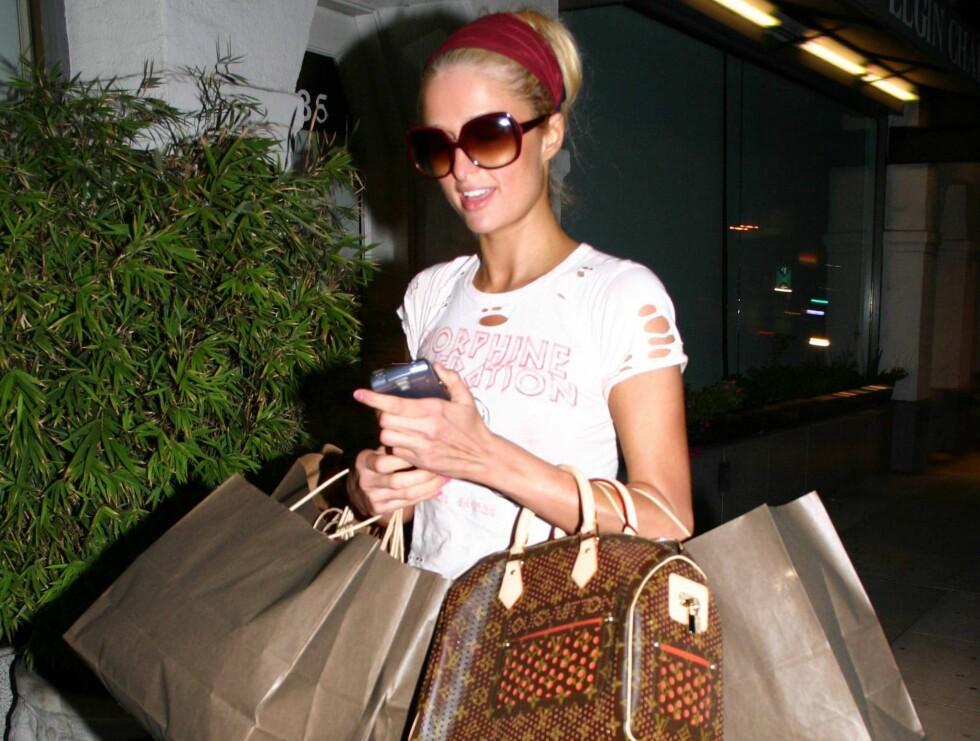 UT PÅ HANDLETUR: Paris Hilton tar alltid med seg en Vuitton-veske når han skal ut på shoppingtur. Foto: All Over Press