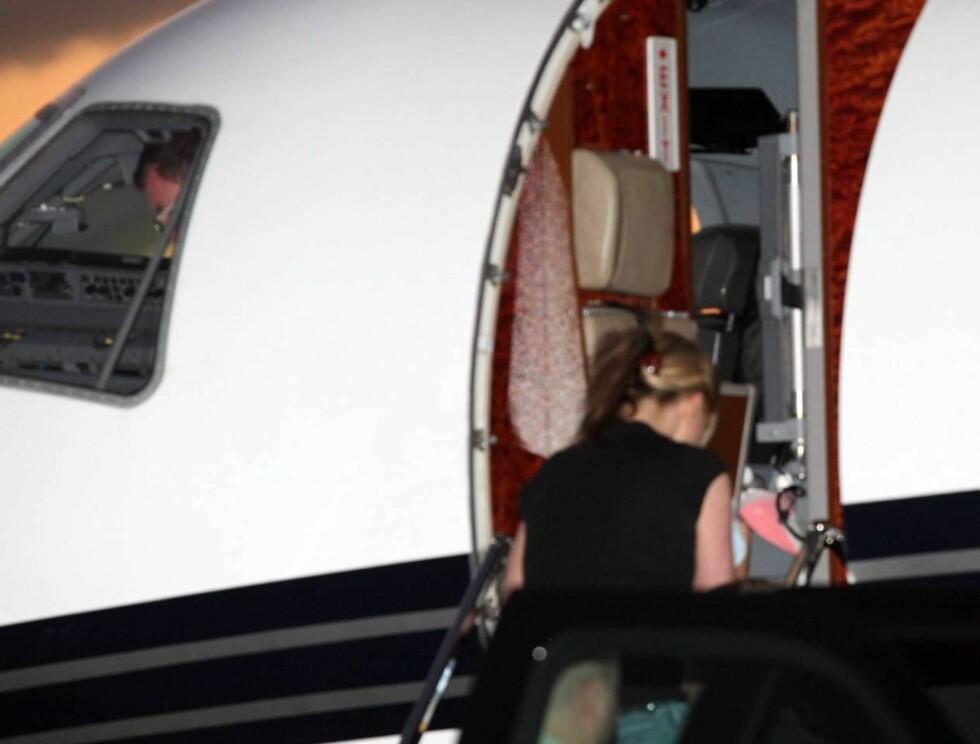 FLØY HJEM: Når man først skal stikke av hjem til mamma er det praktisk med privat jetfly... Foto: All Over Press