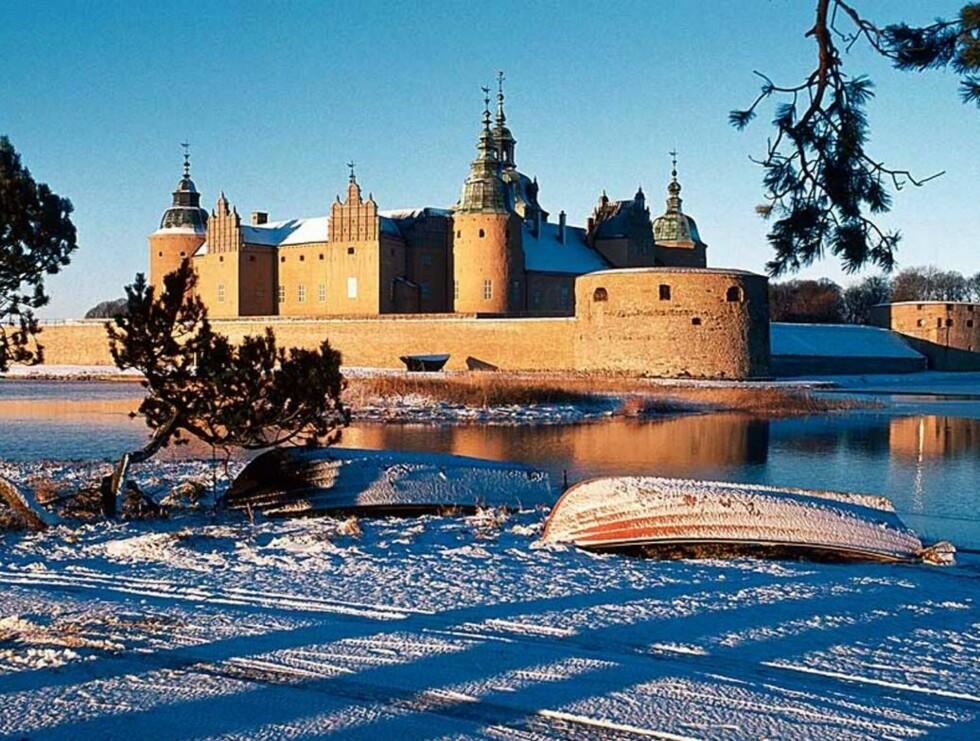 FØRJULSIDYLL: Første helgen i desember er det julemarked på Kalmar Slott. Dette er et av de største og mest berømte markedene i Sverige, og folk kommer langveisfra for å oppleve julestemningen her. Foto: VisitSweden