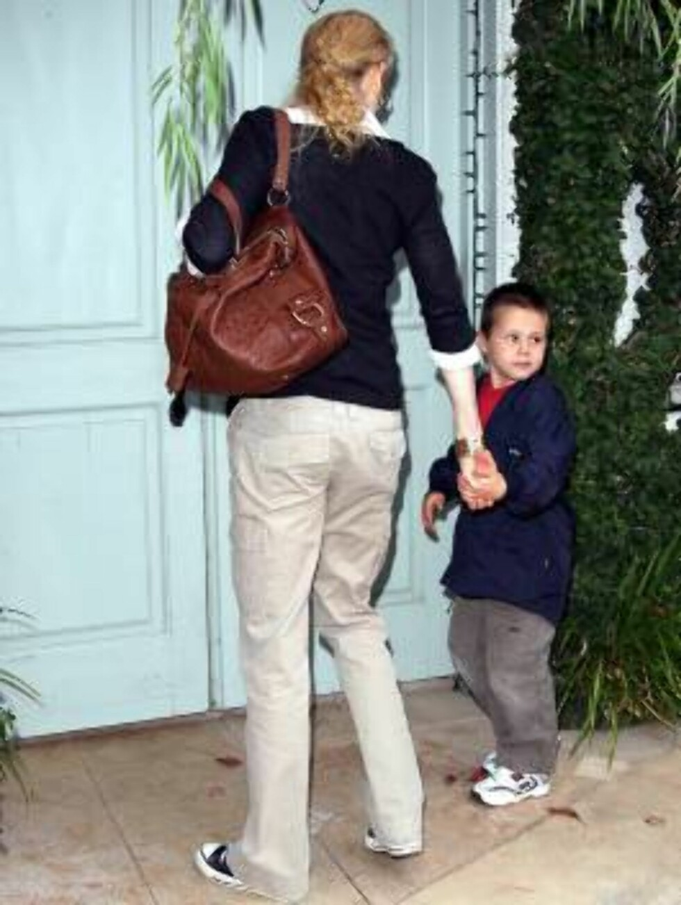 Nicole Kidman carrying her nephew in Los Angeles Oct 25, 2006 X17agency exclusive Foto: All Over Press