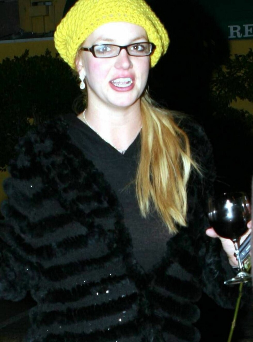 FEST: Britney går ut av restauranten Dan Tanas i Hollywood med et glass rødvin. Kort tid etter satte hun seg i bilen og kjørte. Foto: All Over Press