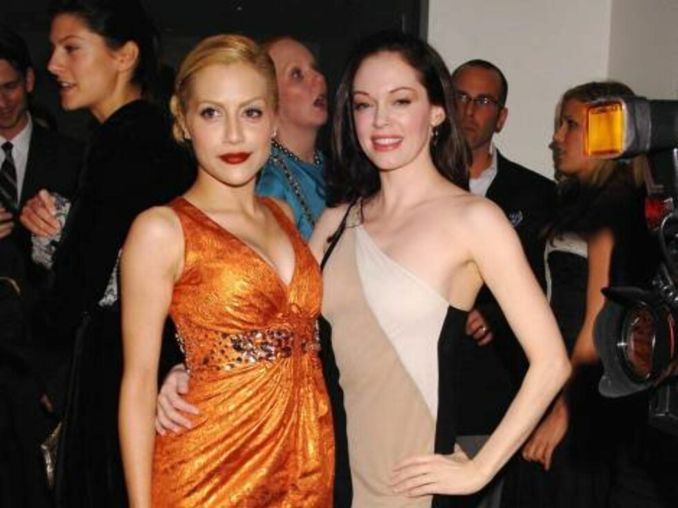 Brittany Murphy and Rose McGowan both wearing Carolina Herrera at the opening of the Carolina Herrera Los Angeles Boutique on Melrose Place  Los Angeles, CA, november 13, 2006.  Photo: J. Graylock/jpistudios Code: 4036  COPYRIGHT STELLA PICTURES Foto: Stella Pictures