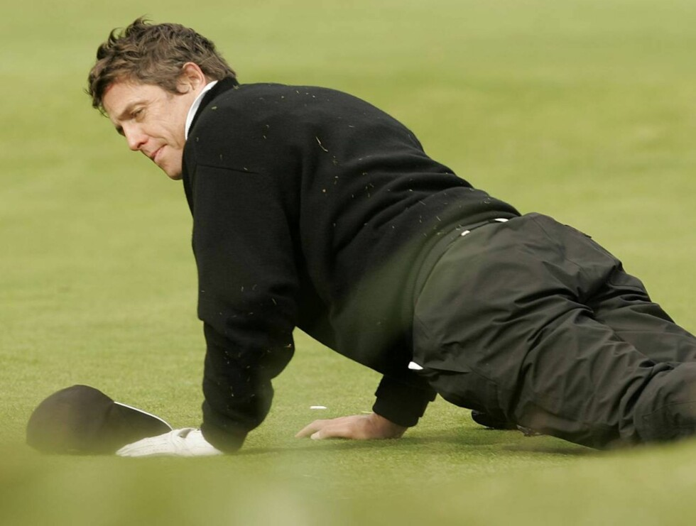 NEDE: Hugh Grant var ille berørt etter å ha blitt tatt på fersken med prostituerte Divine Brown. Kona Elizabeth Hurley raste ... Foto: AP/Scanpix