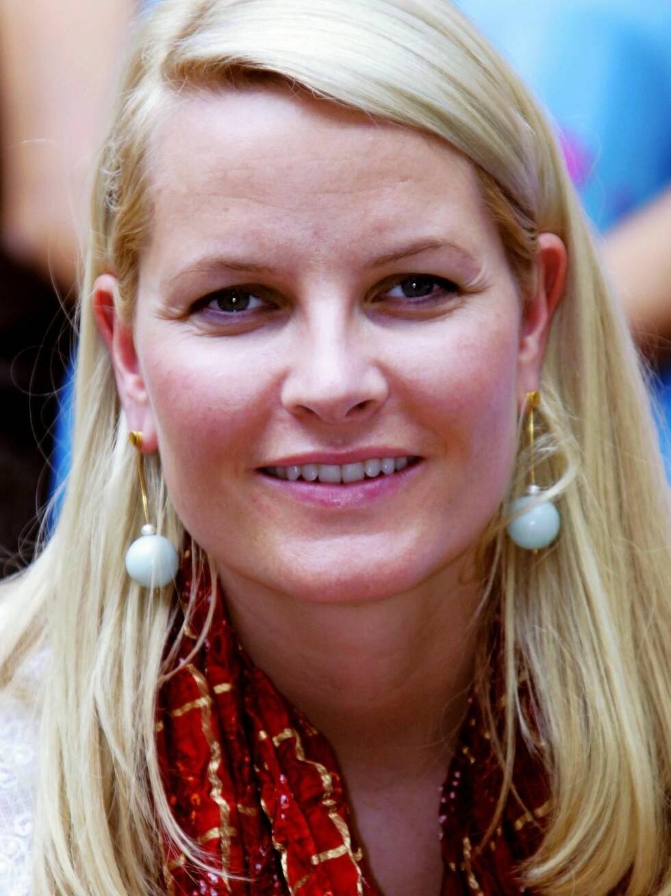 KJEDELIG: Forfatteren mener at Mette-Marit ikke hadde hatt vondt av å kle seg mer glamorøst. Foto: SCANPIX