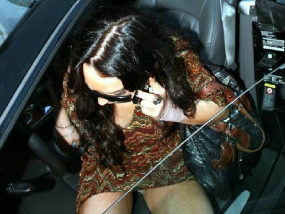 Lindsay Lohan gives a peace sign as she arrives at Chateau Marmont hotel in Hollywood where she has been staying for a year. As x17 told you and contrary to a lot of reports the teen star has never been kicked out from the place....Nov 3, 2006 X17agency E Foto: All Over Press