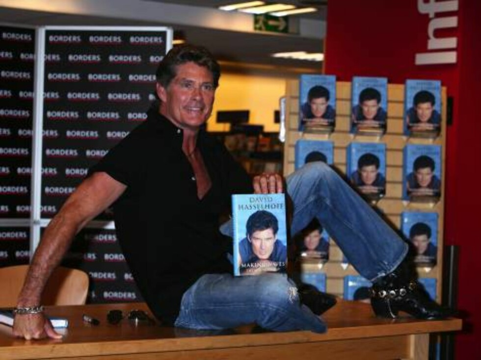 LONDON 2006-09-11.  David Hasselhoff signing his autobiography Breaking Waves in Borders on Oxford Street.  Photo: Tara Fisher/Photoshot Code: 4034/B162_096267_0002   COPYRIGHT STELLA PICTURES Foto: Stella Pictures