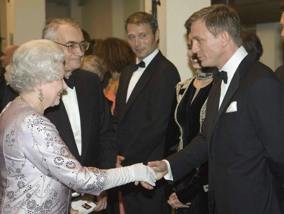 FIKK SKRYT: Daniel Craig og de andre stjernene fikk ros av dronning Elizabeth på premieren. Foto: AP