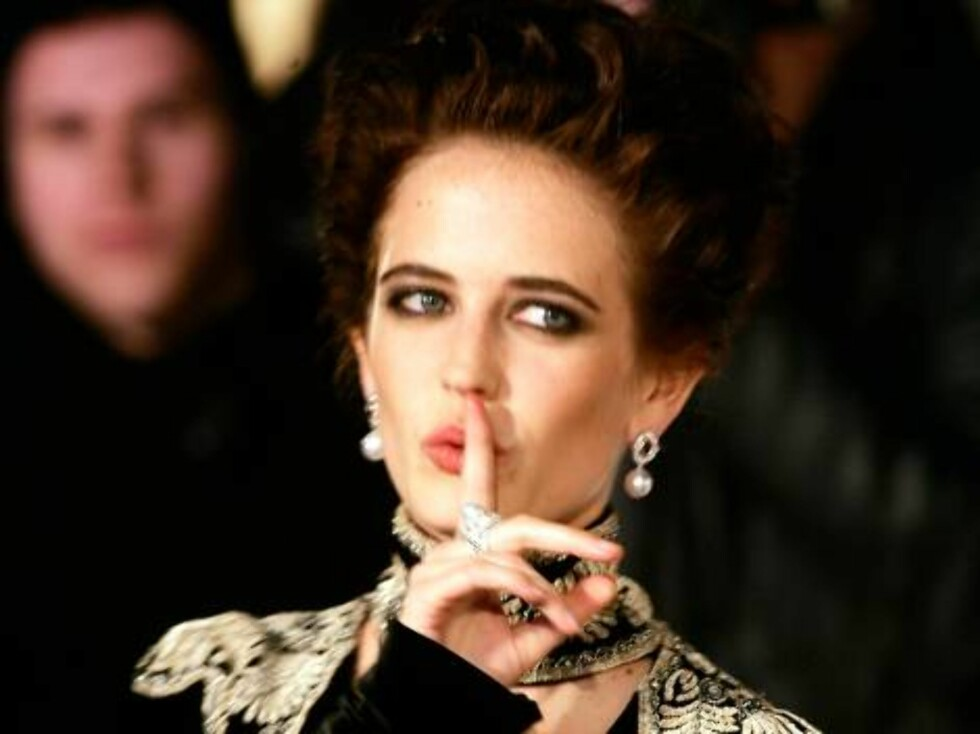 "Actress Eva Green gestures as she arrives for the world premiere of the new James Bond film ""Casino Royale"" at the Odeon Leicester Square in London, Tuesday, Nov. 14, 2006. (AP Photo/Alastair Grant) Foto: AP"