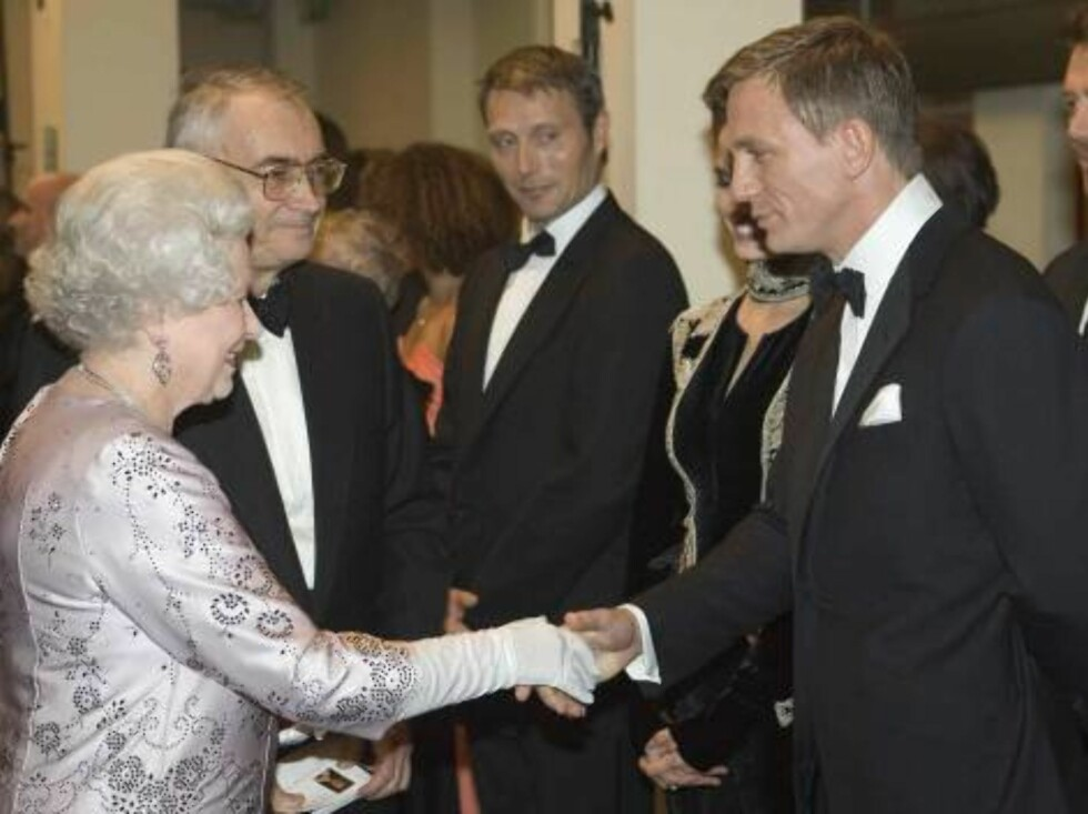 "Britain's Queen Elizabeth II, left, meets actor Daniel Craig, the new James Bond, during the world premiere of the latest James Bond movie ""Casino Royale"" at the Odeon cinema in Leicester Square in London, Tuesday, Nov. 14, 2006. (AP Photo/Michael Dunlea, Foto: AP"