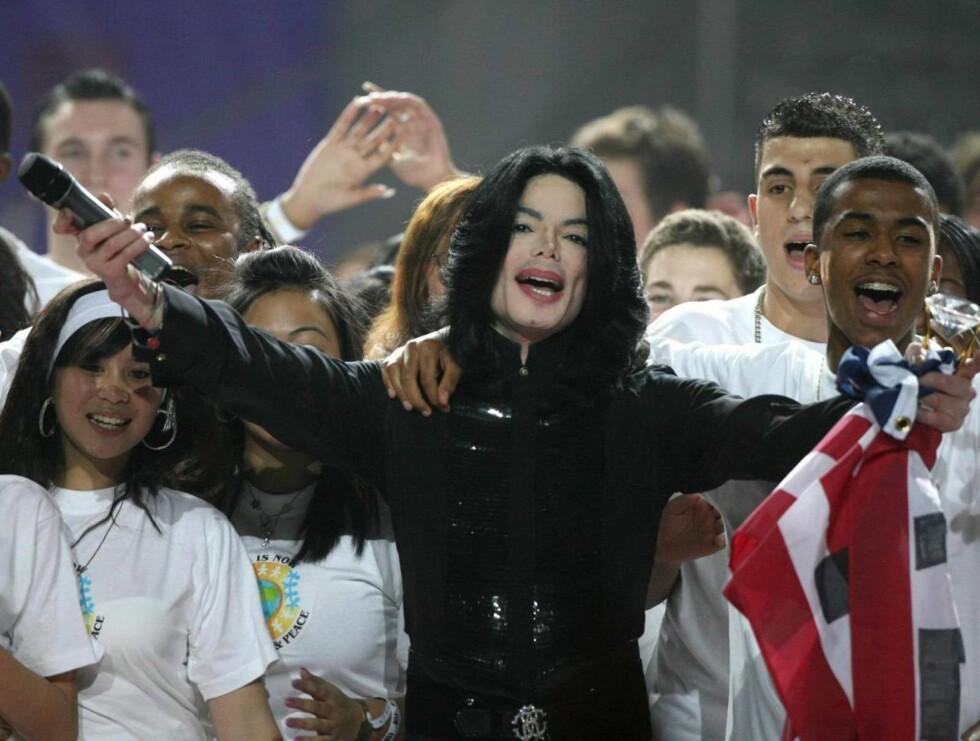 SHOWMANN: Michael kom på scenen og vant kvelden. Publikum virket ekstatiske da han sang for første gang på seks år. Foto: AP/SCANPIX
