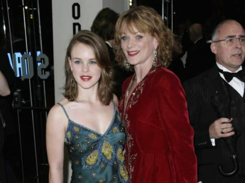 "LONDON - NOVEMBER 14:  (UK TABLOID NEWSPAPERS OUT) Actress Samantha Bond and daughter Holly attend the Royal Film Performance 2006 and World Premiere of the 21st James Bond movie, ""Casino Royale"", at the Odeon Leicester Square on November 14, 2006 in Lond Foto: All Over Press"
