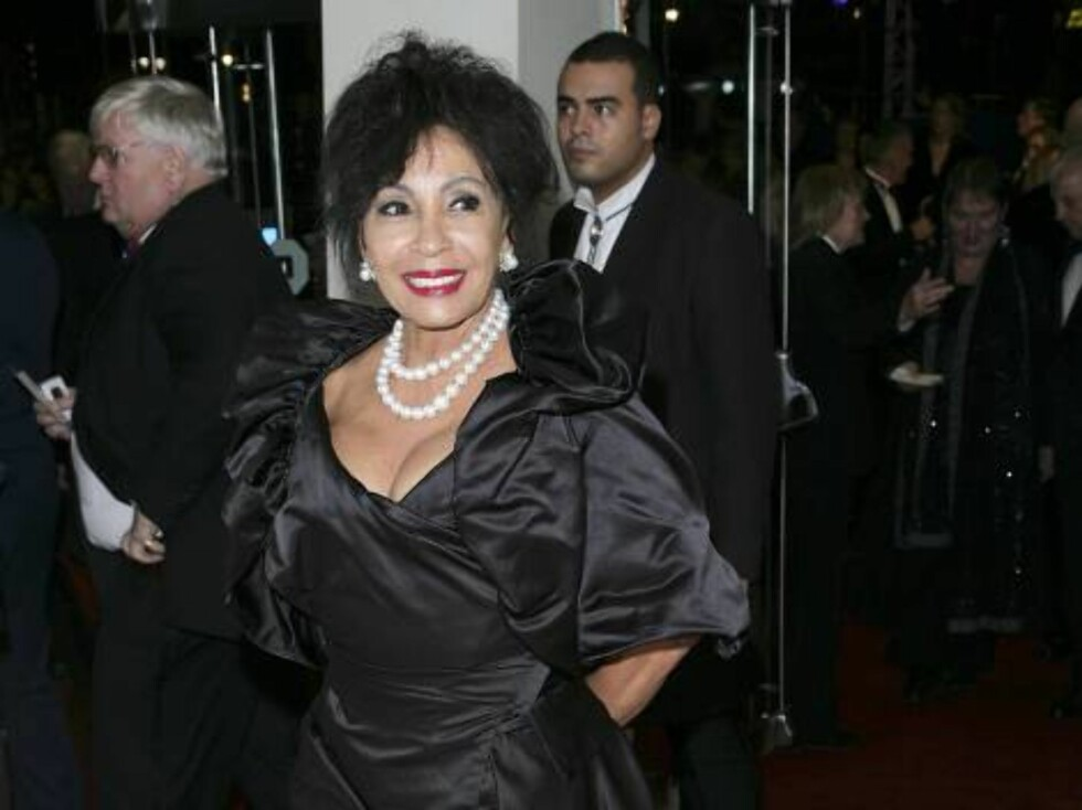 "LONDON - NOVEMBER 14:  (UK TABLOID NEWSPAPERS OUT)  Dame Shirley Bassey attends the Royal Film Performance 2006 and World Premiere of the 21st James Bond movie, ""Casino Royale"", at the Odeon Leicester Square on November 14, 2006 in London, England. The ev Foto: All Over Press"