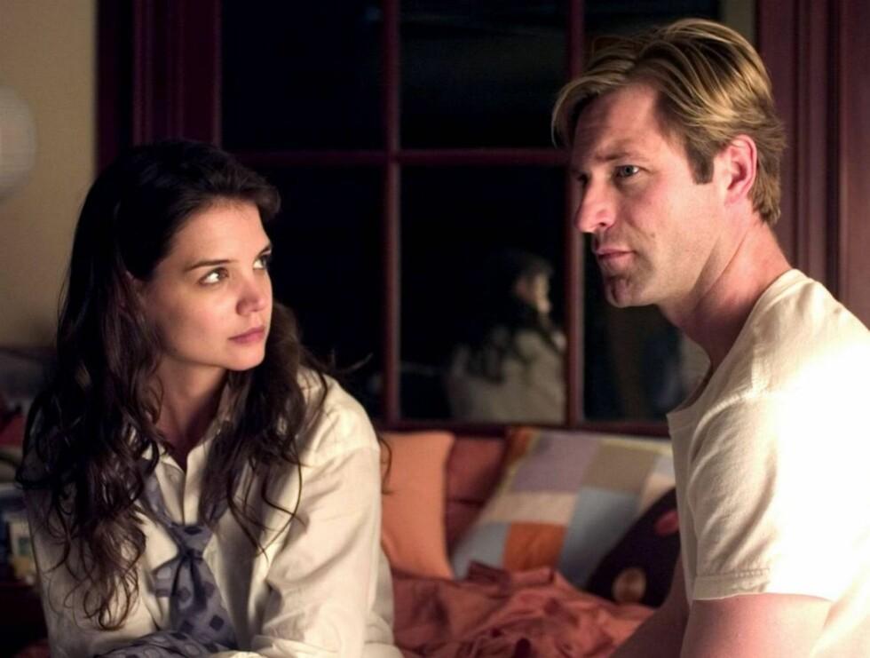 NEI: Katie Holmes hadde rollen som den gravende journalisten Heather. Her er hun sammen med motspiller Aaron Eckhart. Foto: Filmweb