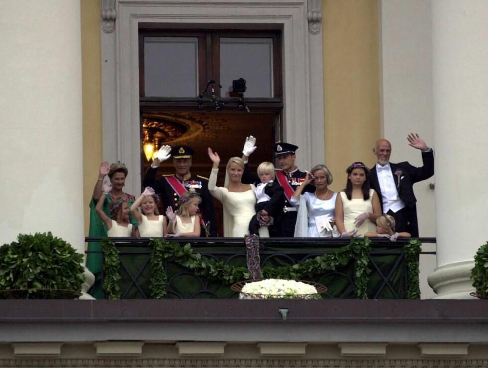 BALKONG-SVEN O.: Jubilanten på slottsbalkongen med kongefamilien i anledning Mette-Marits og Haakons bryllup. Foto: SCANPIX