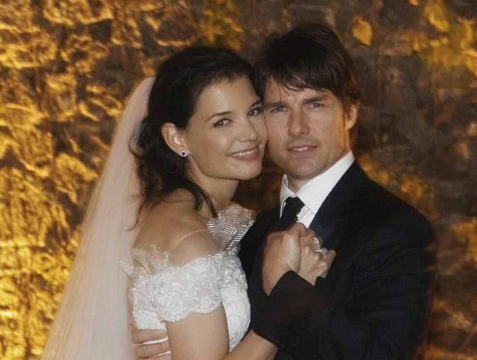 *** ALTERNATE CROP OF CADB101 *** In this photo released by Rogers and Cowan, actor Tom Cruise and actress Katie Holmes pose in their wedding attire on Saturday, Nov. 18, 2006, at the 15th-century Odescalchi Castle overlooking Lake Bracciano outside of Ro Foto: AP