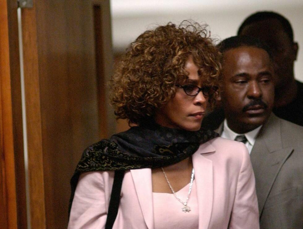 WHITNEY: Det er få andre superstjerner som har sørget for så mange skandaler som Whitney. Her er hun i en av de mange rettsakene mot eksmannen Bobby Brown. Foto: All Over Press