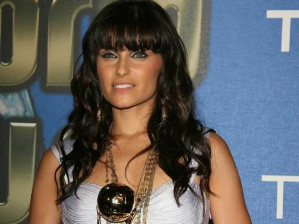 Nelly Furtado poses with her Award for Best Pop and Rock Artist during the 2006 World Music Awards at Earls Court in central London, UK on November 15, 2006.  (Pictured : Nelly Furtado)  Photo by Frederic Nebinger/ABACAUSA  Code:4001/A34772 COPYRIGHT STEL Foto: Stella Pictures