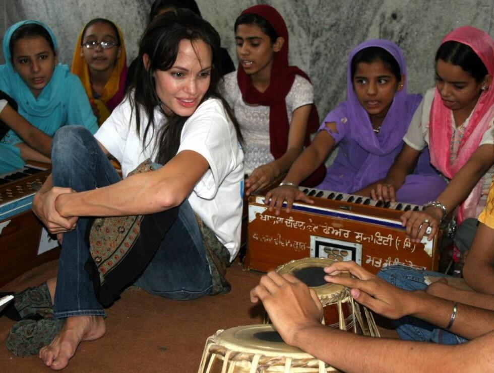 VELKOMMEN: Barna i flyktningeleiren var ivrige etter å vise Angelina hva de kunne under besøket. Foto: All Over Press