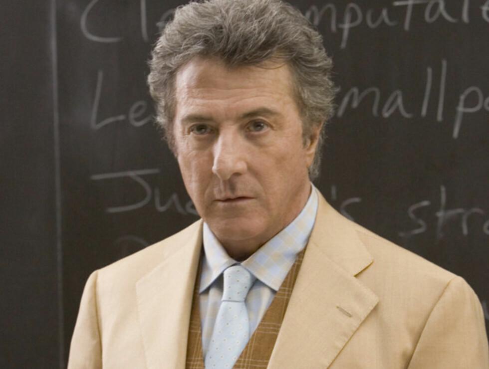 ALLTID GOD: Dustin Hoffman spiller litteraturprofessoren som prøver å hjelpe Click med å overleve. Foto: Filmweb.no