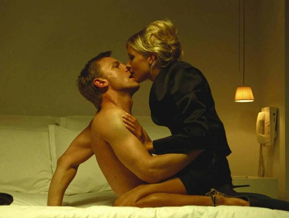 """STUNT: Daniel er så flau over sin egen penisstørrelse, at han bruker stuntmenn i sex-scener. Her er han sammen med vakre Sienna Miller i filmen """"Layer Cake"""". Foto: Stella Pictures"""