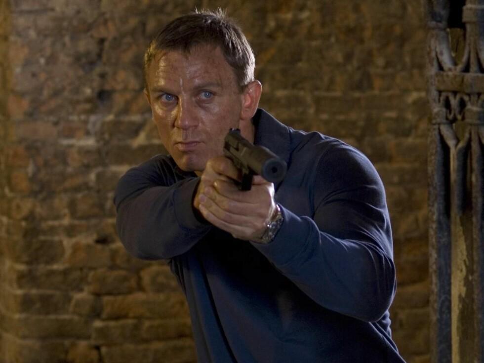 HAR BALLER: Daniel Craig tåler en støyt. Men da Mads Mikkelsen pisket ham på pungen, måtte 007-stjernen ta en pause og gumle smertestillende. Foto: filmweb