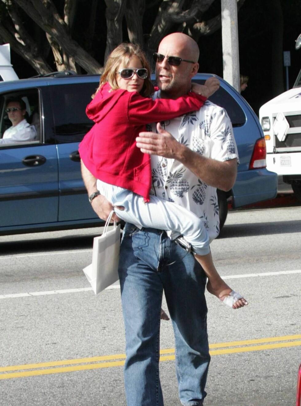 TØFF OG MYK: Bruce Willis og datteren Tallulah er ute og går - med solbriller. Foto: All Over Press