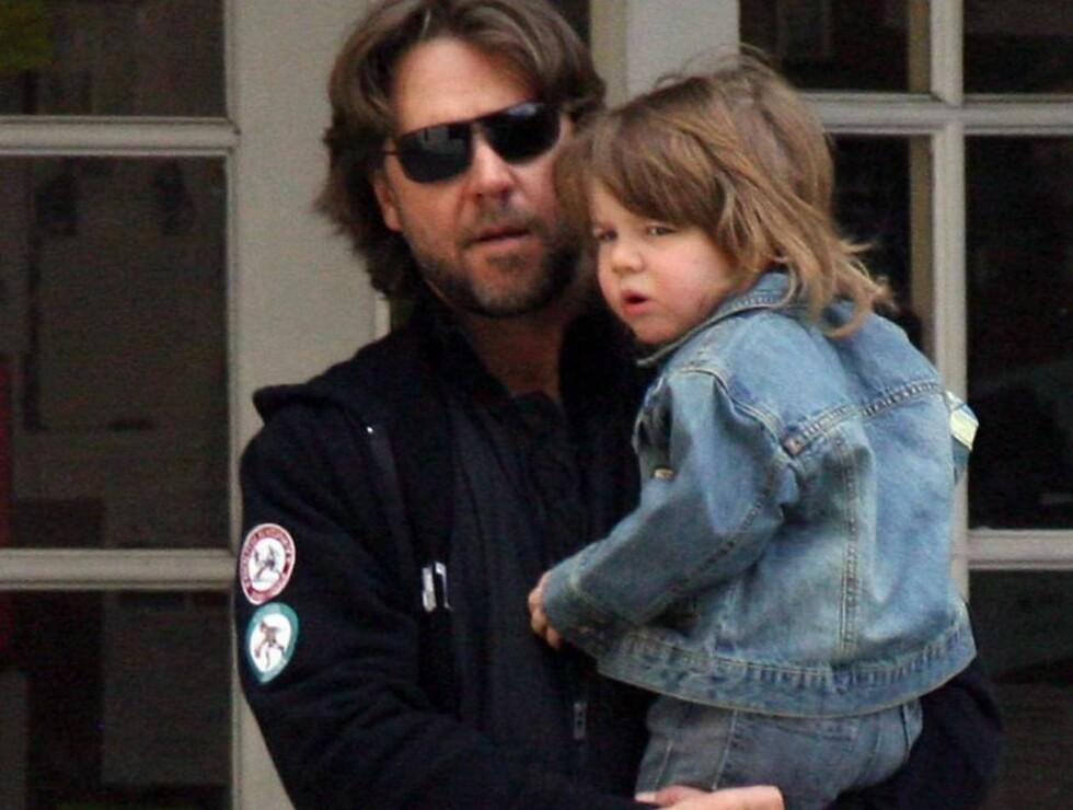 MED PAPPA: Lille Charlie så ut til å trives i pappas armer i Mexico.. Foto: Stella Pictures