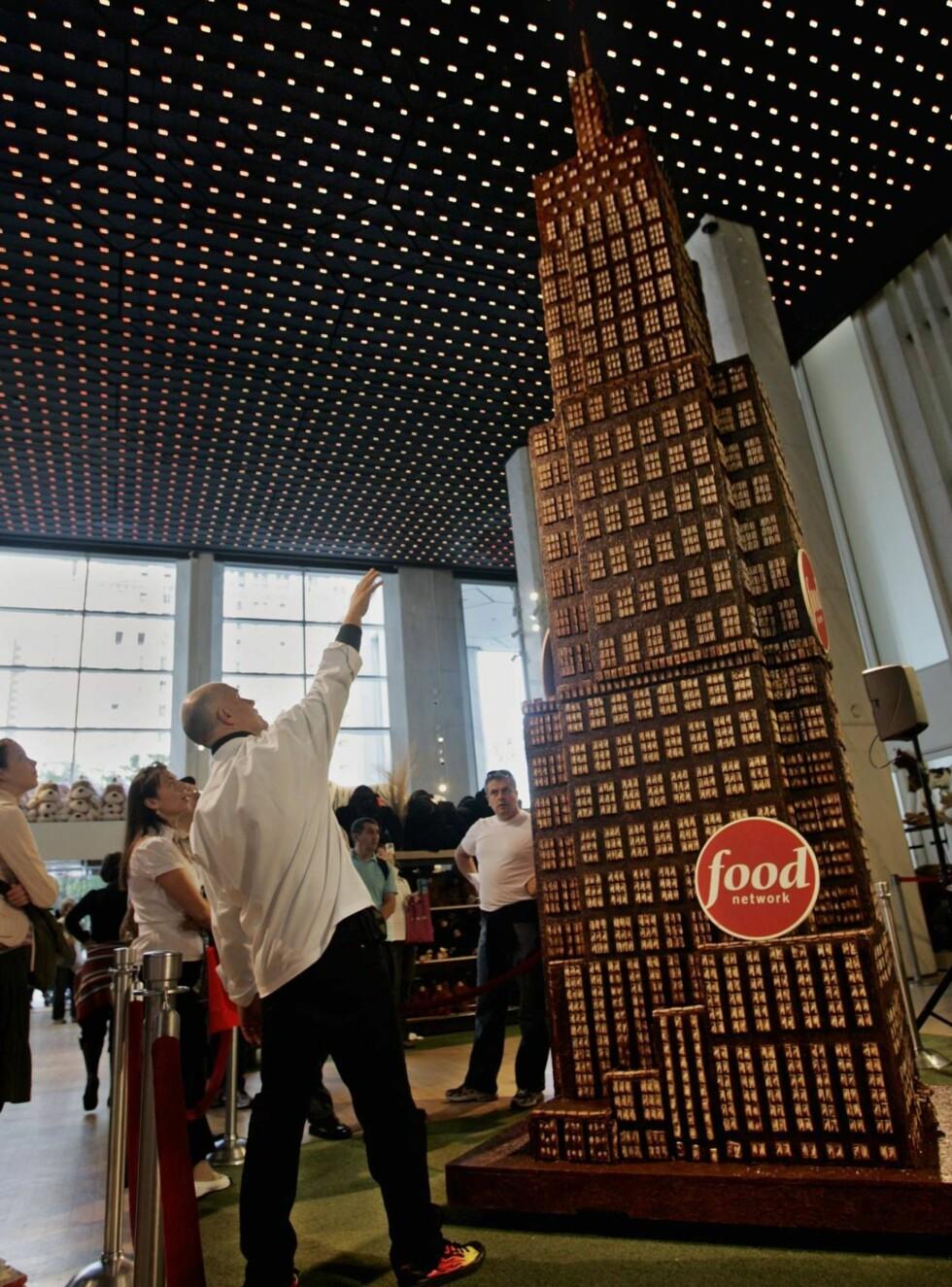 VERDENS HØYESTE: Sjokoladetårnet på 6,5 meter ruver over de fleste... Foto: AP