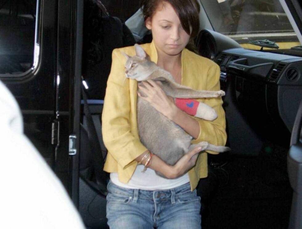 PUSTER UT: Nicole klarte ikke å legge fra seg vesle Cheetah etter å ha fått pusen ut fra sykestua. Foto: All Over Press