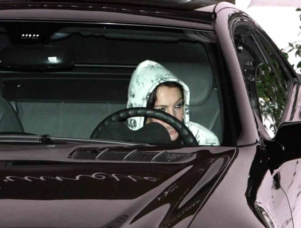 STOR BIL, LITEN DAME: Kanskje Lindsay bør finne en bil på sin egen størrelse? Foto: All Over Press