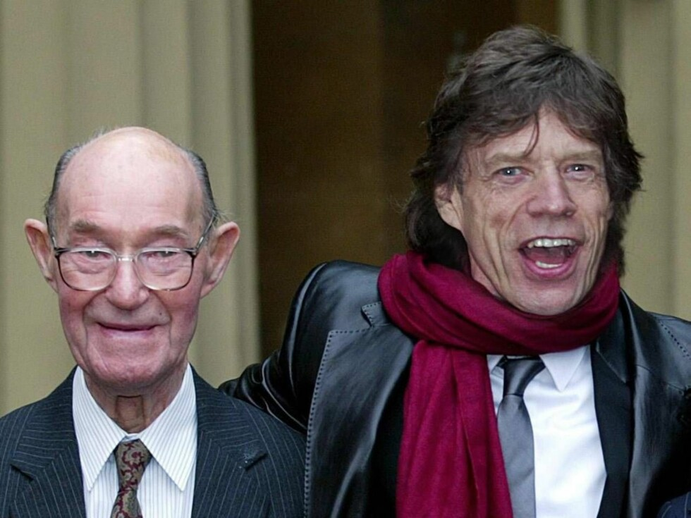 ** FILE ** Member of the Rolling Stones rock band, Sir Mick Jagger, 60, right, stands with his father Joe, in this file photo dated December 12, 2003, in London.  Joe Jagger has died in England, aged 93-years old,  it is announced Saturday Nov. 12, 2006. Foto: AP