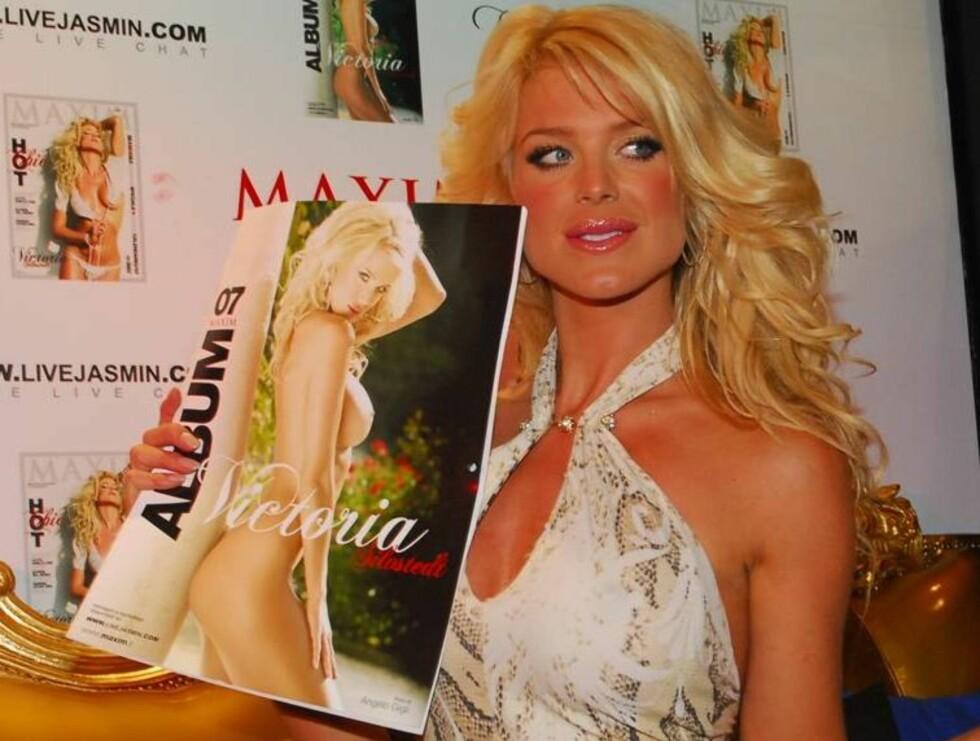 MAXIM 2007: Kalenderen vist frem av hovedpersonen selv.. Foto: Stella Pictures