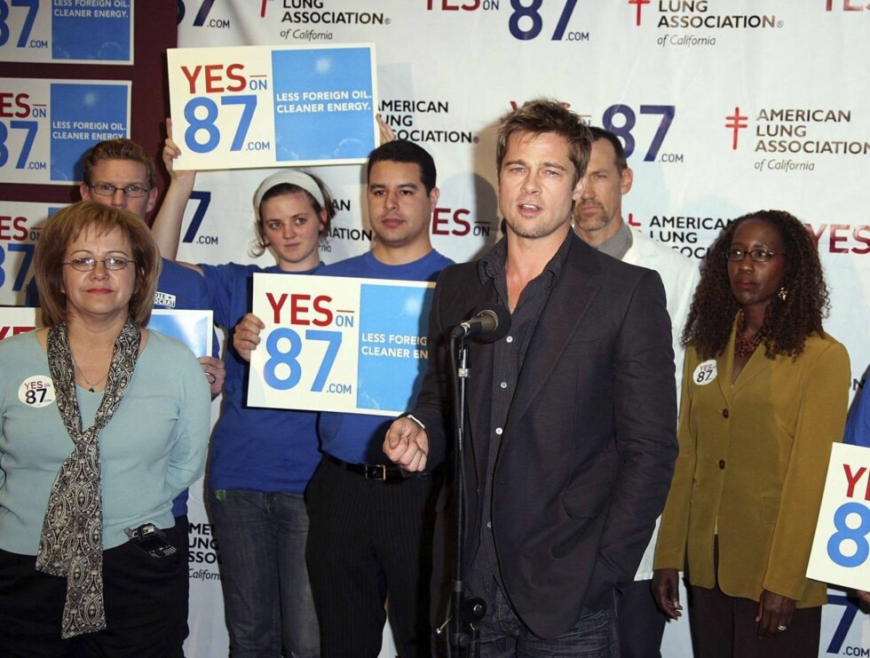 TALTE: En tydelig engasjert Brad talte om lovforslaget. Legg mere til den unge jentas blikk! Foto: All Over Press