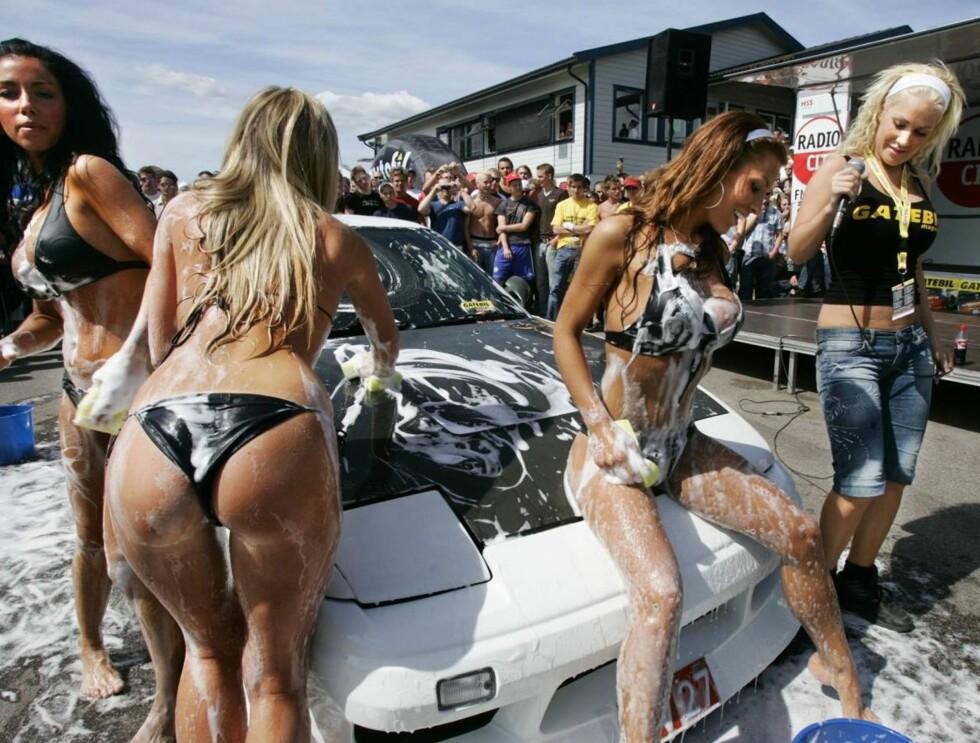 GLAM: Helene Rask gjør stor suksess med sitt Rask Models. Her er de på gatebiltreffet på Rudskogen i Østfold i sommer. Helene til høyre. Foto: SCANPIX
